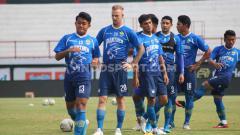 Indosport - Pemain Persib Bandung, Febri Hariyadi dan kawan-kawan saat menjalani sesi uji lapangan di Stadion Kapten I Wayan Dipta, Gianyar, Kamis (17/10/19).
