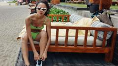 Indosport - Pose Kelly Tandiono dalam sesi pemotretan