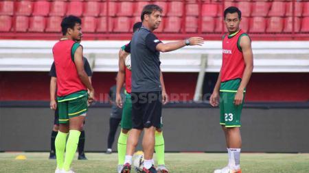 Pelatih Persebaya Surabaya, Wolfgang Pikal saat memimpin latihan menjelang laga Liga 1 2019, Kamis (17/10/19). - INDOSPORT
