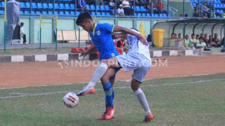 Pemain Blitar Bandung United berebut bola dengan pemain Persita Tangerang pada pertandingan Liga 2 2019 di Stadion Siliwangi, Kota Bandung, Kamis (17/10/2019). - INDOSPORT