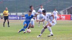Indosport - Pemain Blitar Bandung United berebut bola, Rezam mencoba melewati pemain Persita Tangerang pada pertandingan Liga 2 2019 di Stadion Siliwangi, Kota Bandung, Kamis (17/10/2019).