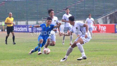 Pemain Blitar Bandung United berebut bola, Rezam mencoba melewati pemain Persita Tangerang pada pertandingan Liga 2 2019 di Stadion Siliwangi, Kota Bandung, Kamis (17/10/2019). - INDOSPORT