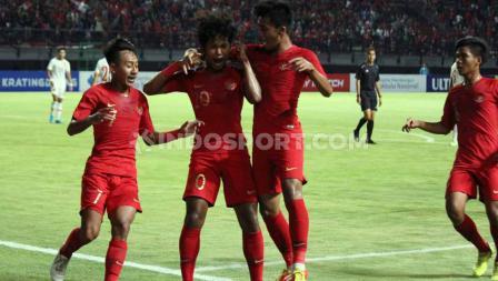 Selebrasi pemain Timnas Indonesia U-19, Bagus Kahfi usai mencetak gol ke gawang China U-19 di Stadion Gelora Bung Tomo, Surabaya, Kamis (17/10/19).