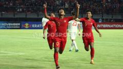 Indosport - Selebrasi pemain Timnas Indonesia U-19, Bagus Kahfi usai mencetak gol ke gawang China U-19 di Stadion Gelora Bung Tomo, Surabaya, Kamis (17/10/19).