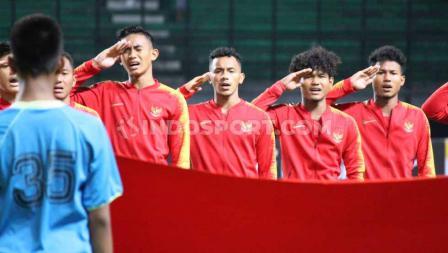 Nuansa hikmat para pemain Timnas Indonesia U-19 saat menyanyikan lagu kebangsaan Indonesia Raya.