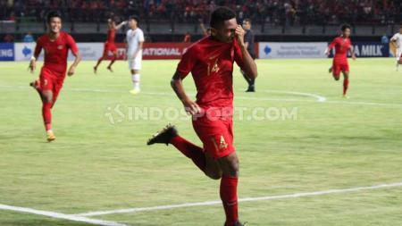 Selebrasi pemain Timnas Indonesia U-19, Fajar Fathur usai mencetak gol ke gawang China U-19 di Stadion Gelora Bung Tomo, Surabaya, Kamis (17/10/19). - INDOSPORT
