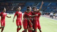 Indosport - Selebrasi pemain Timnas Indonesia U-19, Bagus Kahfi merayakan gol bersama teman satu timnya ke gawang China U-19 di Stadion Gelora Bung Tomo, Surabaya, Kamis (17/10/19).