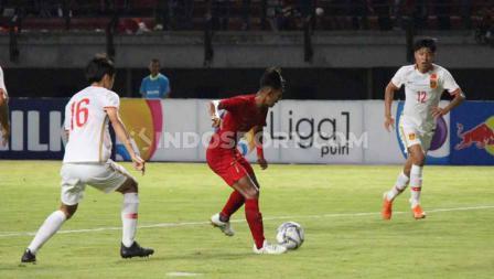 Para pemain China U-19 terlihat kesulitan mengembangi pergerakan dan permainan Timnas Indonesia U-19.
