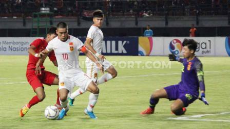 Upaya pemain China U-19 untuk membobol gawang Timnas Indonesia U-19.