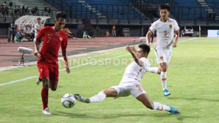Bek China U-19 berusaha menghadang laju pemain Timnas Indonesia U-19.