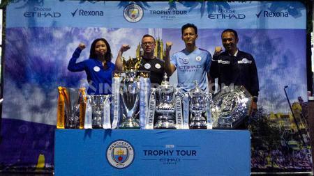 Acara Manchester City Trophy Tour 2019 yang menghadirkan trofi klub Liga Inggris tersebut bersama sang legenda, Paul Dickov. - INDOSPORT