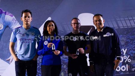 Aktor Indonesia Fedi Nuril dan legenda sepak bola Paul Dickov turut hadir di acara Manchester City Trophy Tour 2019. - INDOSPORT