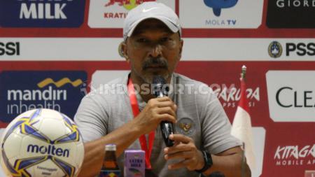Pelatih Timnas Indonesia U-19, Fakhri Husaini, saat konfrensi pers, Kamis (17/10/19). - INDOSPORT
