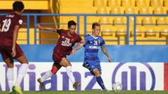 Indosport - Aksi Taufik Hidayat membela PSM Makassar diajang Piala AFC 2019