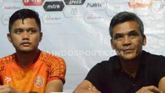 Indosport - Pelatih Persiraja Banda Aceh, Hendri Susilo (kanan), didampingi pemainnya, Tegar Hening Pangestu (kiri), dalam temu pers usai pertandingan lawan PSMS Medan.