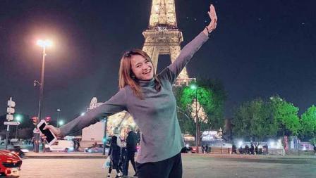 Melati Daeva Oktavianti tampak asyik memanfatkan waktu liburan di Paris.