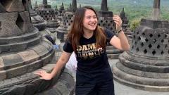 Indosport - Melati Daeva Oktavianti tampak bahagia berlibur di Borobudur.