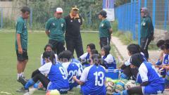 Indosport - Pemain Persib Putri mendapat pengarahan dari pelatih Iwan Bastian di Lapangan Lodaya, Kota Bandung, Rabu (16/10/19).