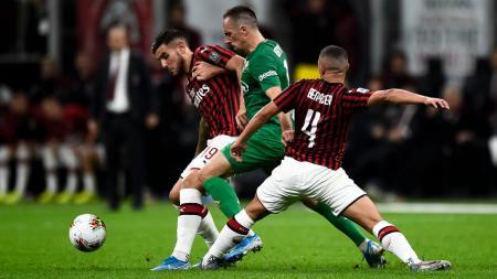 Frank Ribery (tengah) saat mendapatkan kawalan ketat di laga AC Milan vs Fiorentina - INDOSPORT
