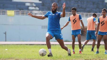 Striker Arema FC di Shopee Liga 1 2019, Sylvano Comvalius, tercatat telah menjalani karier sepak bolanya di 11 negara berbeda. - INDOSPORT