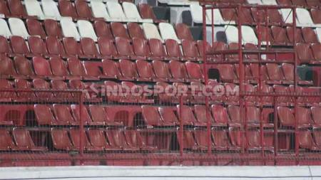 Kondisi kursi tribun timur Stadion Kapten I Wayan Dipta, Bali. - INDOSPORT