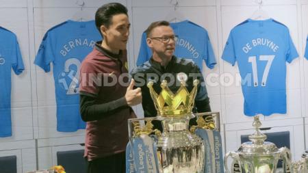 Salah satu penyanyi kondang asal Malaysia, Taleeb Mizad mengaku takjub dengan fans sepak bola Indonesia. - INDOSPORT