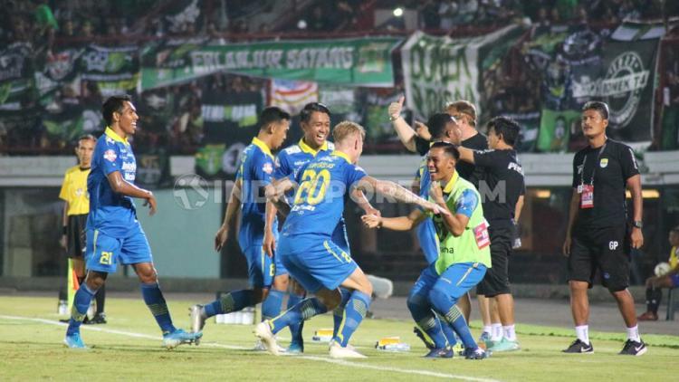Para pemain Persib Bandung merayakan gol yang dicetak Febri Hariyadi ke gawang Persebaya Surabaya dalam laga pekan ke-23 Shopee Liga 1 2019 di Stadion Kapten I Wayan Dipta, Gianyar, Jumat (18/10/19). Copyright: Nofik Lukman Hakim/INDOSPORT