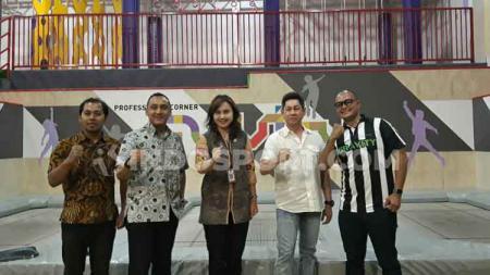 Owner Gravity, Ketua KONI Kota Semarang, Kepala Dinas Kebudayaan dan Pariwisata Kota Semarang, dan perwakilan PERSANI usai menjajal Gravity Indoor Trampoline Park. - INDOSPORT