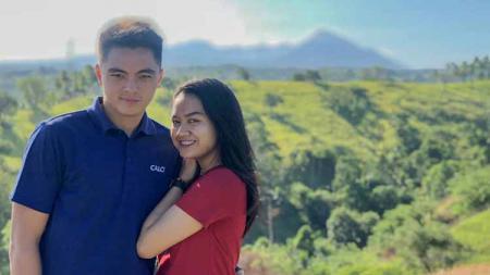 Potret kemesraan Kiper Borneo FC, Gianluca Pandeynuwu bersama sang kekasih, Syadha Angella Ayu Putri. - INDOSPORT