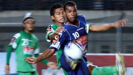 Hilton Moreira saat berduel dengan pemain lawan pada laga Persib Bandung vs Persebaya Surabaya di ISL 2009-2010. - INDOSPORT