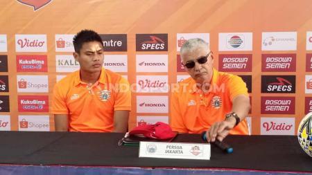 Pelatih Edson Tavares dan pemain Fachrudin Ariyanto mewakili Persija Jakarta pada konferensi pers sebelum melawan PSM Makassar. - INDOSPORT