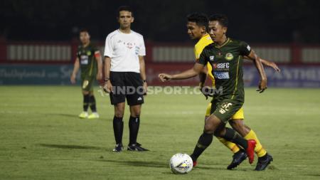 Pemain Tira-Persikabo berusaha menghindari hadangan pemain Bhayangkara pada Liga 1, Sabtu (19/10/19). - INDOSPORT