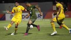 Indosport - Pemain Tira-Persikabo berusaha menghindari hadangan pemain Bhayangkara pada Liga 1, Sabtu (19/10/19).