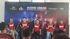 Indosport - Ketua PB Djarum Yoppy Rosimin (tengah), saat menghadiri konfrensi pers di Hotel Alimar, Surabaya, Sabtu (19/10/19).