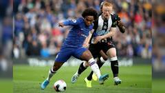 Indosport - Willian, pemain Chelsea, berebut bola dengan penggawa Newcastle United.