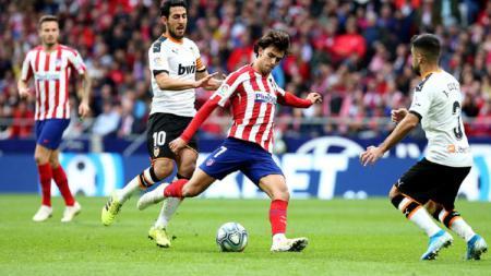 Joao Felix berusaha melepaskan tendangan dalam pertandingan LaLiga Spanyol antara Atletico Madrid vs Valencia, Sabtu (19/10/19) malam WIB. - INDOSPORT