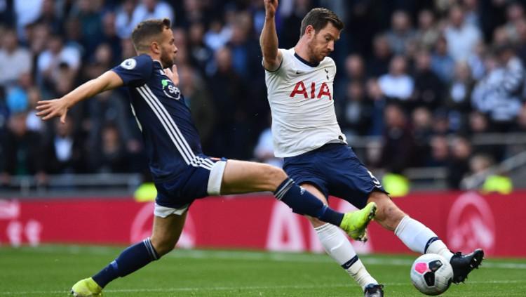 Jan Vertonghen berusaha membuang bola dari pertahanan saat pertandingan Tottenham Hotspur vs Watford, Sabtu (19/10/19) malam WIB. Copyright: tottenhamhotspur.com