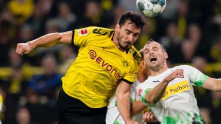 Borussia Dortmund mengumumkan perang melawan corona, tapi Mats Hummels mengaku tidak bersedia menjalani masa karantina dengan rekan setimnya, Manuel Akanji. - INDOSPORT