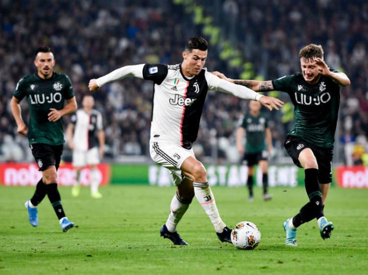 Cristiano Ronaldo, pemain Juventus, sedang menggiring bola berusaha melewati bek Bologna. Copyright: https://twitter.com/juventusfcen