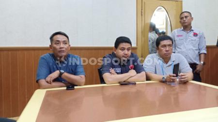 Ali Gauli Arief (Ketua Panpel Lokal PSM Makassar/kiri), Munafri Arifuddin (CEO PSM Makassar/tengah), dan Cahyanto (Pengawas Pertandingan Laga PSM Makassar vs Persija Jakarta/kanan) - INDOSPORT