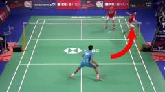 Indosport - Jurus Kevin Sanjaya Sukamuljo di semifinal Denmark Open 2019.