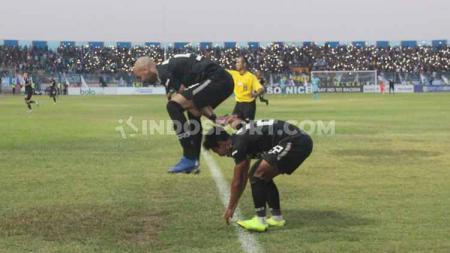 Hari Nur saat melakukan selebrasi dengan Bruno Silva usai mencetak gol - INDOSPORT
