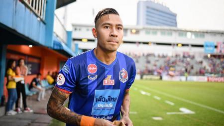 Tim pelatih Timnas Thailand dibuat geram oleh aksi fullbek kiri kelahiran Swedia, Kevin Deeromram. Sebab, ia pura-pura cedera ketika mendapat panggilan tim nasional. - INDOSPORT