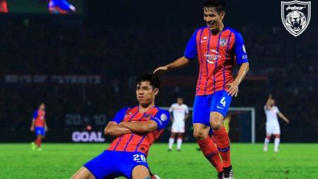 Striker Johor Darul Ta'zim, Syafiq Ahmad, mencetak gol pembuka saat melawan Selangor FA di leg pertama Semifinal Piala Malaysia 2019, Sabtu (19/10/19) - INDOSPORT