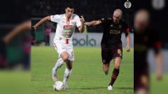 Indosport - Xandao tengah berduel dengan Wiljan Pluim di pertandingan pekan ke-23 Liga 1 2019 antara PSM Makassar vs Persija Jakarta, Minggu (20/10/19).