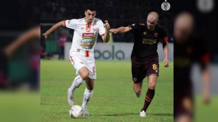 Xandao tengah berduel dengan Wiljan Pluim di pertandingan pekan ke-23 Liga 1 2019 antara PSM Makassar vs Persija Jakarta, Minggu (20/10/19). - INDOSPORT