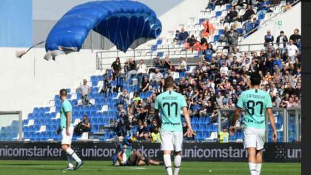 Tiga pemain Inter Milan kebingungan melihat sosok tak dikenal mendarat menggunakan parasut - INDOSPORT