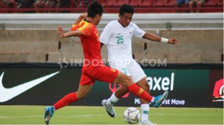 Penyerang Timnas U-19, Serdy Ephy Fano Boky berusaha melewati kawalan pemain China U-19 dalam uji coba di Stadion Kapten I Wayan Dipta, Gianyar, Minggu (20/10/19) sore. Foto: Nofik Lukman Hakim - INDOSPORT