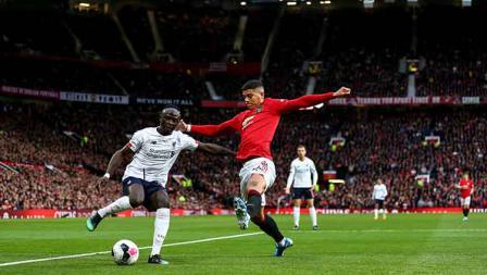 Marcos Rojo akan menggagalkan tendangan Sadio Mane pada laga di Old Trafford, Kamis (20/10/19) Foto: Robbie Jay Barratt - AMA/Getty Images