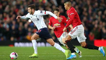 Daniel James dan Marcos Rojo berusaha mengejar Adam Lallana pada laga di Old Trafford, Kamis (20/10/19). Foto: Alex Livesey/Getty Images